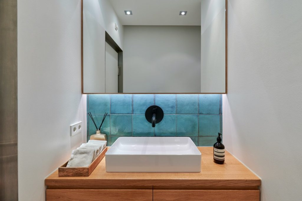 aesthetische ausstattung: blau gefließtes Waschbecken